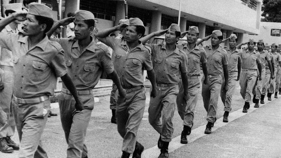 Indígenas uniformizados da GRIN (Guarda Rural Indígena) em desfile durante a ditadura militar, no início dos anos 70  -  Acervo fotográfico da Funai/Serviço de Gestão Documental ? SEDOC