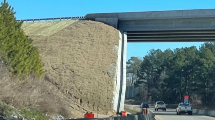Ilusão de ótica dá impressão que ponte em Raleigh, na Carolina do Norte (EUA), está inclinada  - Reprodução/CBS 17/Youtube