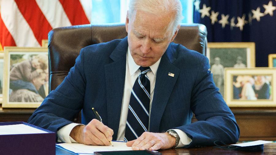 """Biden voltou a dizer que o pacote fiscal tem foco em """"reconstruir a espinha dorsal do país"""" - Mandel Ngan/AFP"""