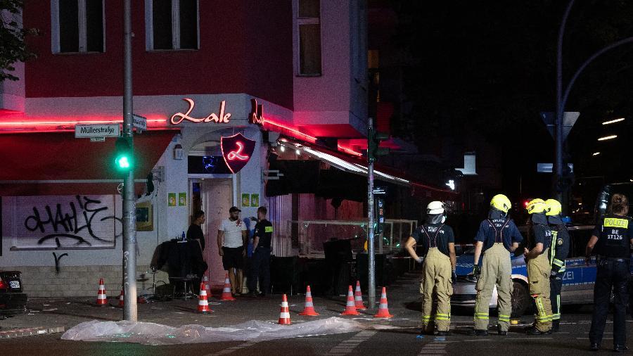21.jun.21 - Quatro pessoas ficaram feridas após tiroteio em frente a um bar no bairro popular de Wedding, no norte de Berlim - PAUL ZINKEN/DPA/AFP