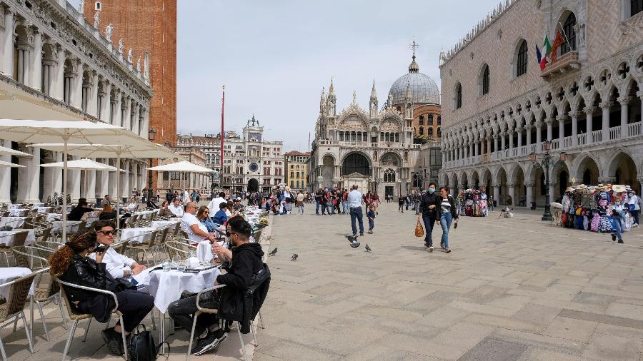 Pessoas na Praça São Marcos, em Veneza, após a Itália suspender as restrições para viajantes da União Europeia - Manuel Silvestri/Reuters
