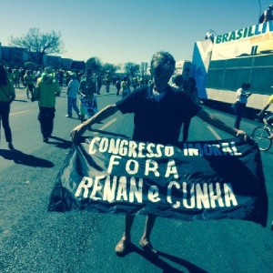Manifestante ergue faixa contra os presidentes da Câmara e do Senado durante protesto em Brasília - Gustavo Uribe/Folhapress