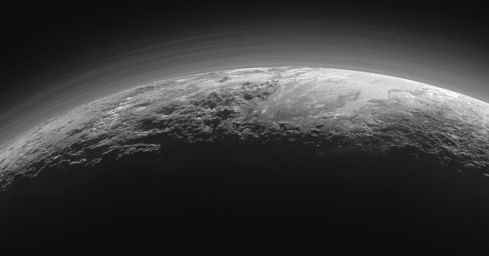 17.set.2015 - A Nasa (Agência Espacial Norte-Americana) divulgou a imagem do pôr do Sol no horizonte de Plutão. O registro foi feito pela nave New Horizons e mostra, à direita, a planície gelada que foi nomeada de Sputnik Planum, e, à esquerda, as montanhas escarpadas de até 3.500 metros de altura