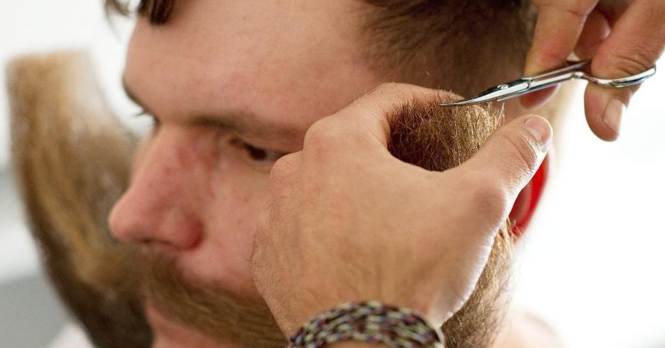 5.out.2015 - Concorrente faz últimos retoques na barba para disputa do Campeonato Mundial de Barba e Bigode, em Leogang, na Áustria