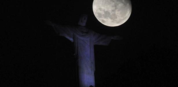 Superlua de outubro de 2015 é vista sobre o Cristo Redentor, no Rio de Janeiro