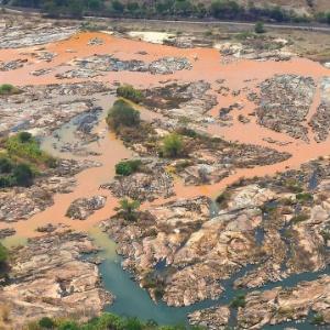 Onda de lama invade o rio Doce na cidade de Resplendor (MG)