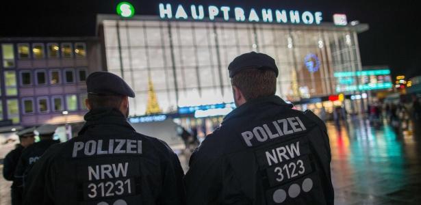 6.jan.2016 - Policiais alemães diante da estação de trem de Colônia, local das agressões