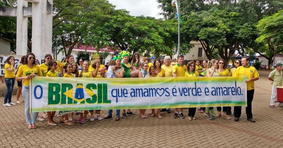 13.mar.2016 - Manifestantes protestam contra o governo Dilma Rousseff em Boa Esperança (MG). A imagem foi enviada pelo internauta Adriano de Oliveira por meio do WhatsApp do UOL Notícias - (11) 95520 5752