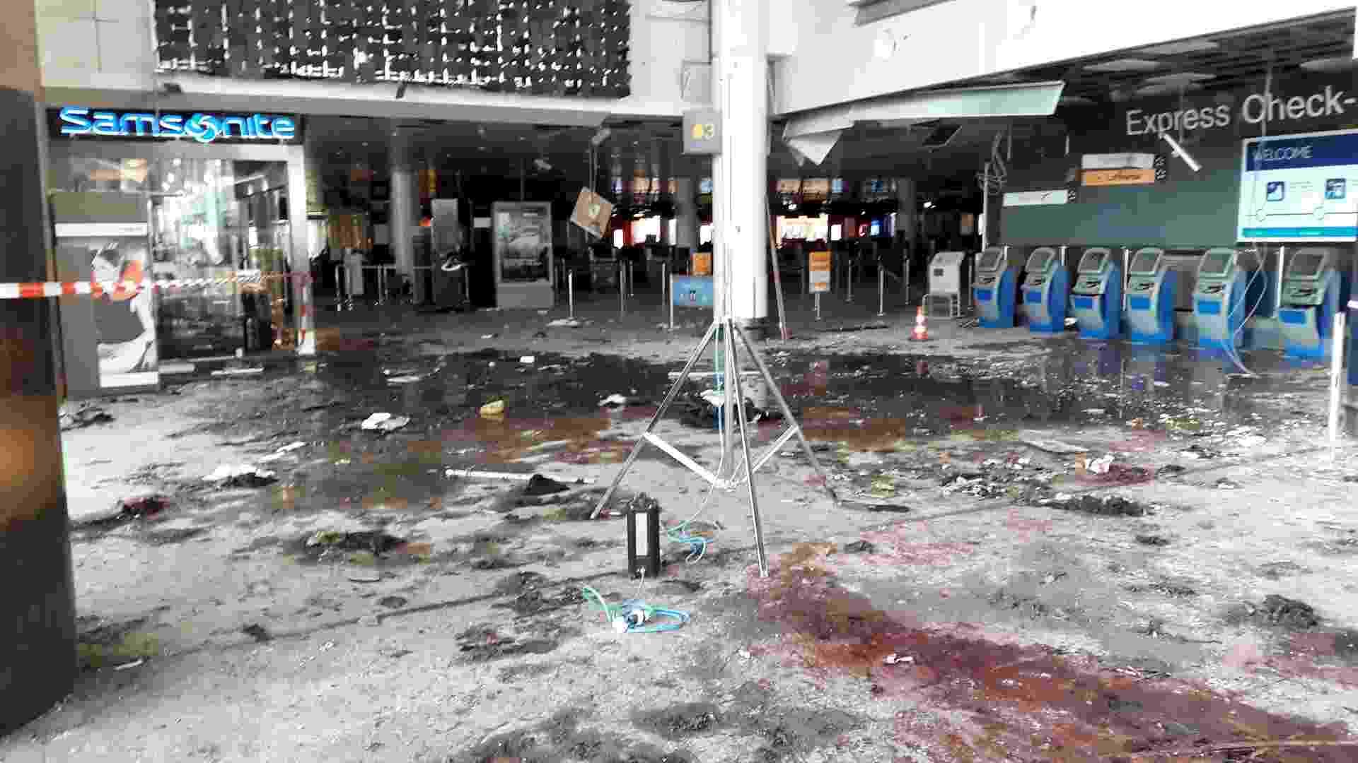 29.mar.2016 - Divulgadas novas fotos do aeroporto de Zaventem, em Bruxelas, na Bélgica, após as explosões terroristas que aconteceram há exatamente uma semana. Os ataques no aeroporto internacional e no metrô foram executados por quatro cidadãos belgas de origem estrangeira. Dois deles detonaram os explosivos que carregavam no saguão do aeroporto. A polícia busca um terceiro homem que teria participado do ataque - Reuters