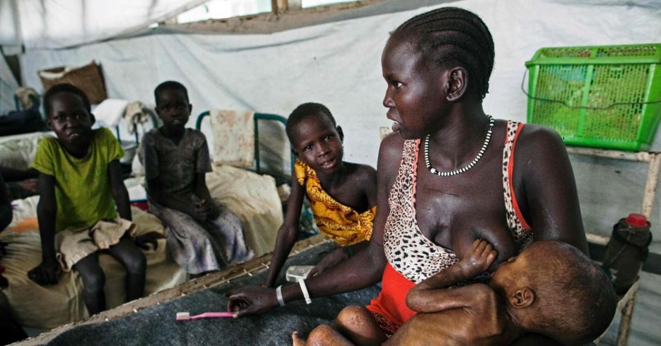 8.abr.2016 - Mulher amamenta filho com grave desnutrição em clínica administrada pela organização MSF (Médicos Sem Fronteiras) em Lankien, Sudão do Sul, nordeste da África. De acordo com a entidade, a desnutrição na região atingiu limites críticos e está próxima ao nível de emergência. Quase metade da população do país - cerca de 5,8 milhões de pessoas - não sabe se conseguirá ter a próxima refeição. Conflitos civis e falta de chuvas reduziram ainda mais a produção agrícola no Sudão do Sul, o pode ter contribuído para o problema
