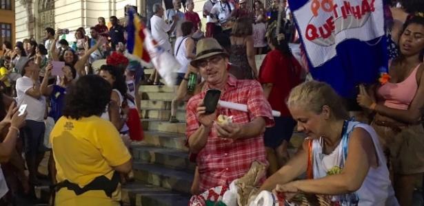 Manifestante tira foto do sanduíche de mortadela em bloco de Carnaval