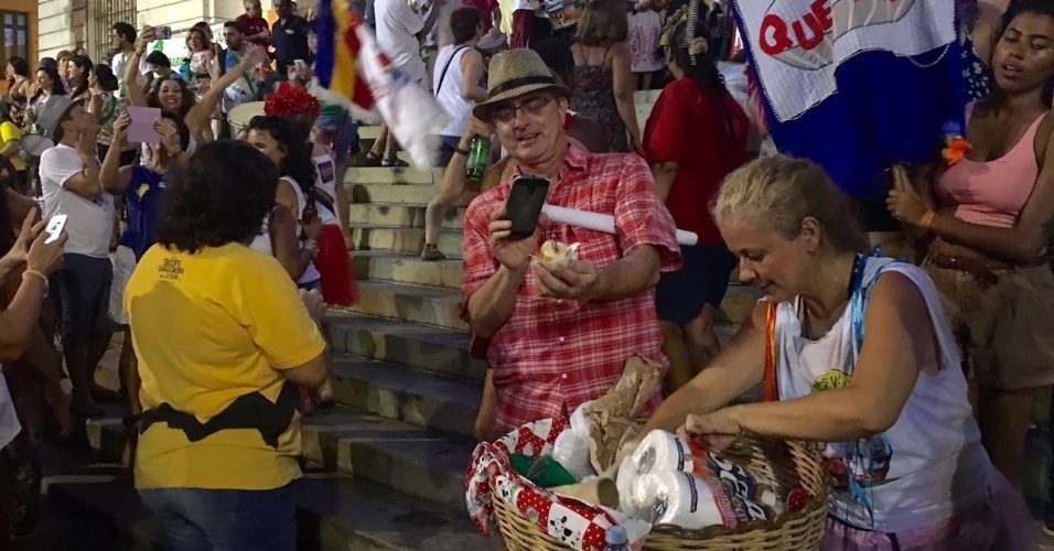 """16.abr.2016 - Manifestante tira foto do sanduíche de mortadela no bloco de Carnaval """"Põe na Quentinha"""", que vendeu o lance a R$ 1,99 durante o protesto """"Carnaval pela democracia. Não vai ter golpe"""", no centro do Rio de Janeiro. O ato ocorre na praça da Cinelândia, em frente ao prédio da Câmara dos Vereadores"""