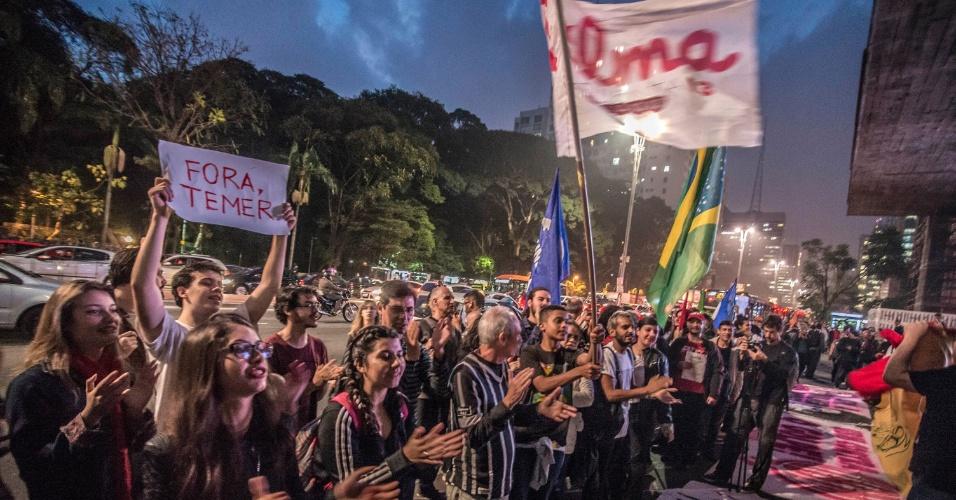 20.mai.2016 - Pela terceira vez nesta semana, manifestantes bloqueiam o trânsito da avenida Paulista, em São Paulo, em protesto contra o governo do presidente interino Michel Temer. A manifestação foi convocada por movimentos sociais de esquerda e entidades organizadas, como a UJS (União da Juventude Socialista), a UBM (União Brasileira de Mulheres) e Ubes (União Brasileira dos Estudantes Secundaristas)