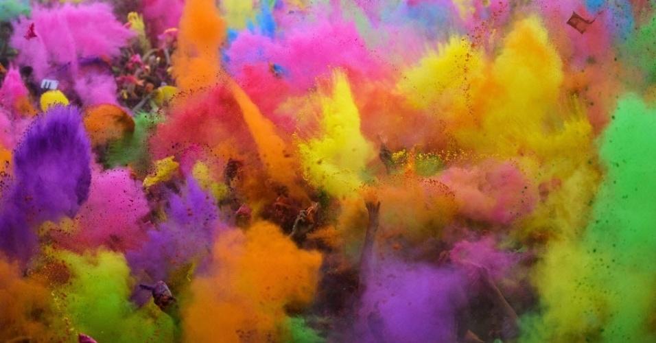 20.mai.2016 - Apenas os braços dos foliões aparecem em meio a tanto pó colorido no Holi, festival das cores que acontece em Besktas, Istambul, na Turquia