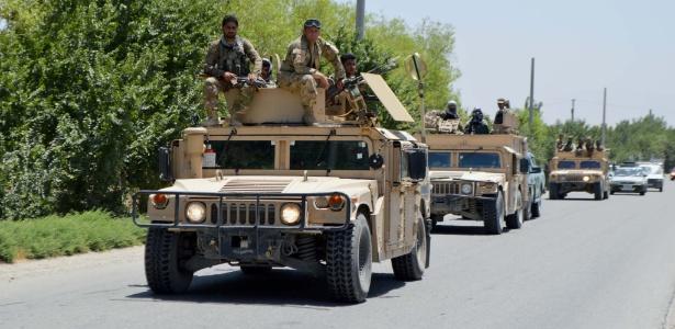 Policiais afegãos patrulham local onde ônibus foram atacados na província de Kunduz, no Afeganistão - Ajmal Kakar/Xinhua