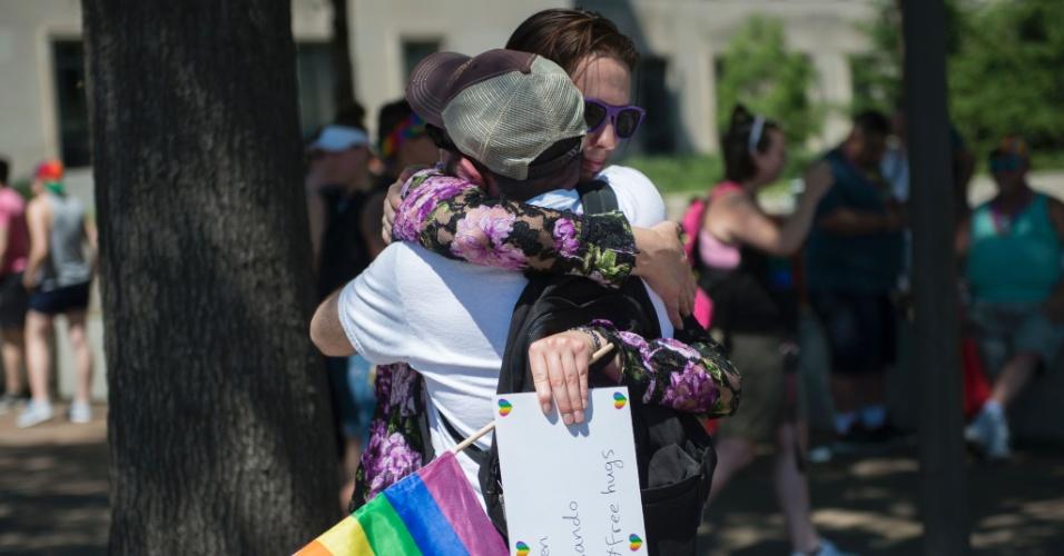 12.jun.2016 - Mulher distribui abraços em Washington (EUA) em memória às vítimas do massacre na boate gay Pulse, em Orlando, na Floria (EUA). O norte-americano Omar Mateen, 29, abriu fogo dentro do local mantando 50 pessoas e ferindo 53