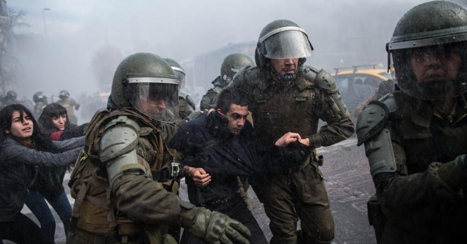 15.jun.2016 - Polícia de choque detém manifestante durante um ato, não autorizado, contra as propostas do governo sobre reformas na educação, em Santiago, no Chile