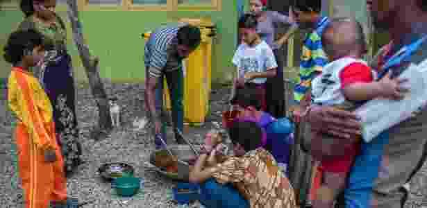 31.mai.2016 - Refugiados rohingya recebem comida em campo de refugiados de Aceh - Kemal Jufri/The New York Times - Kemal Jufri/The New York Times