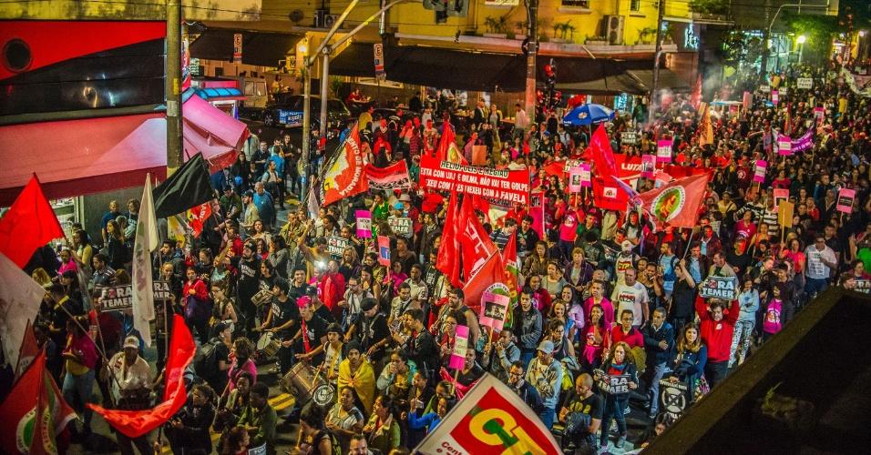 9.ago.2016 - A rua Augusta, em São Paulo, ficou tomada por manifestantes em ato contra o presidente interino, Michel Temer (PMDB). O protesto, convocado por movimentos sociais, ocorre ao mesmo tempo em que o plenário do Senado decide se a presidente afastada, Dilma Rousseff (PT), irá a julgamento