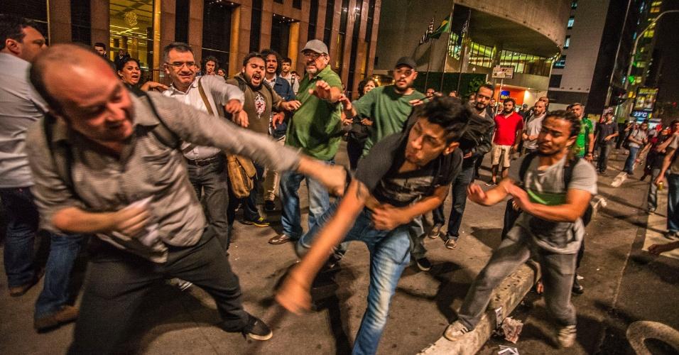 30.ago.2016 - Grupos pró e contra o impeachment da presidente afastada, Dilma Rousseff, brigam na avenida Paulista, região central de São Paulo
