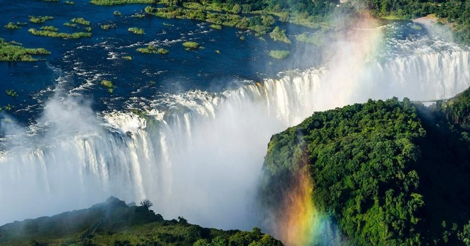 15.set.2016 -Um arco-íris se forma nas cataratas Vitória, na Zâmbia. Fronteira entre Zâmbia e Zimbábue, o rio Zambezi deságua nas cataratas com mais de 100 m de a