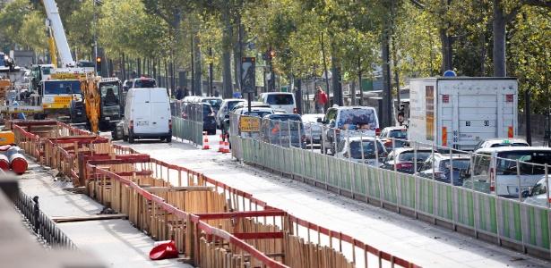 Engarrafamento é visto às margens do rio Sena, em Paris