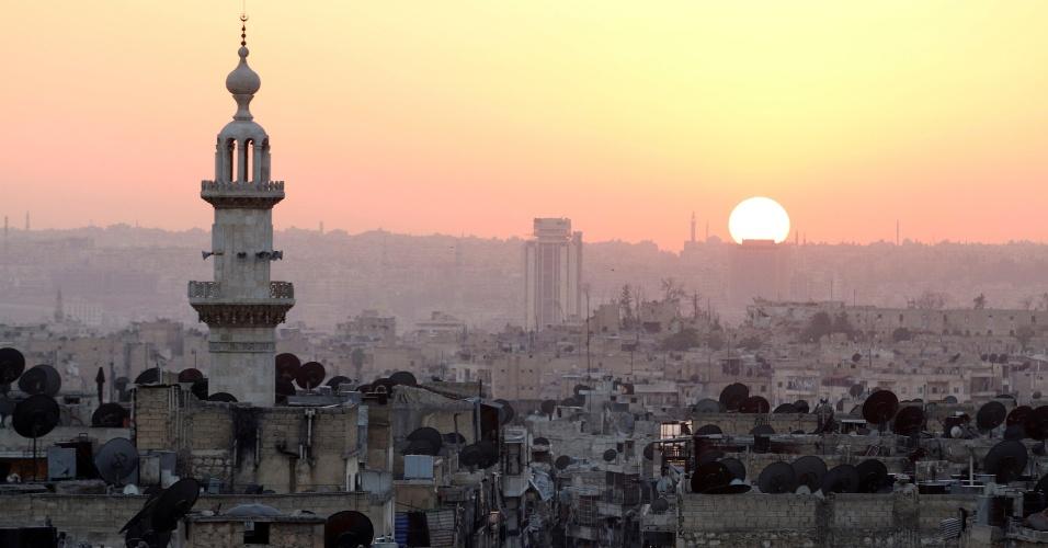 5.out.2016 - Sol se põe na devastada cidade de Aleppo, na Síria. A região é uma das mais atingidas pela guerra civil no país