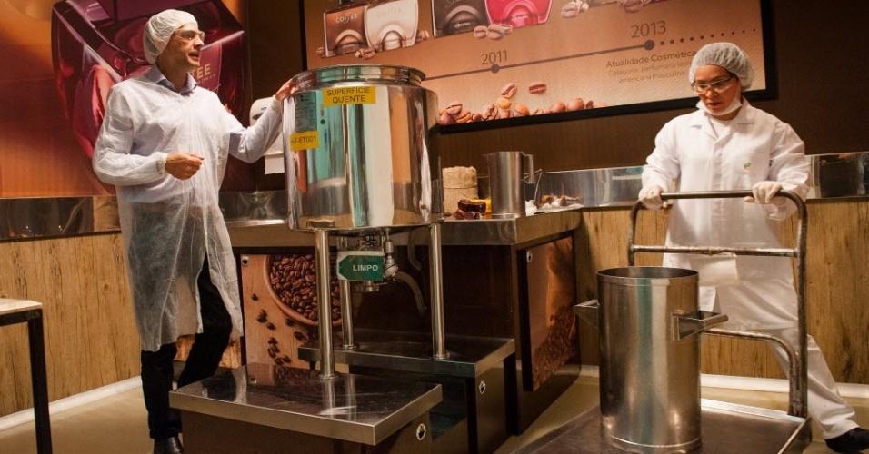 Na fábrica, é feita a infusão dos grãos, que são colocados em um recipiente de inox, com capacidade para até 80 litros. O processo é parecido com o da bebida feita em casa