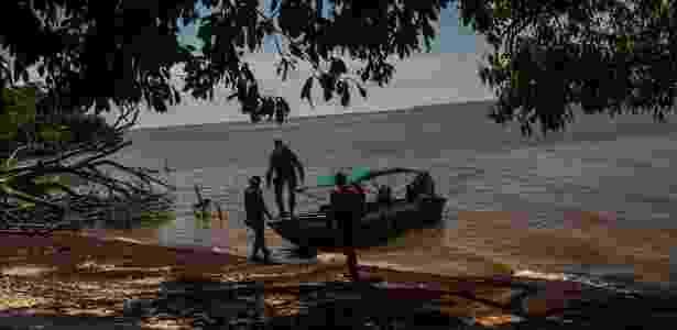 26.out.2016 - Policiais voltam a seu barco depois de fazer buscas por desmatamento ilegal próximo a Macapá (AP) - Dado Galdieri/The New York Times - Dado Galdieri/The New York Times