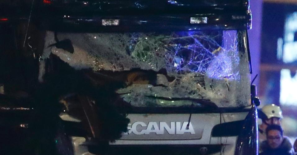 19.dez.2016 - Caminhão fica totalmente destruído após atacar feira natalina no oeste de Berlim, na Alemanha