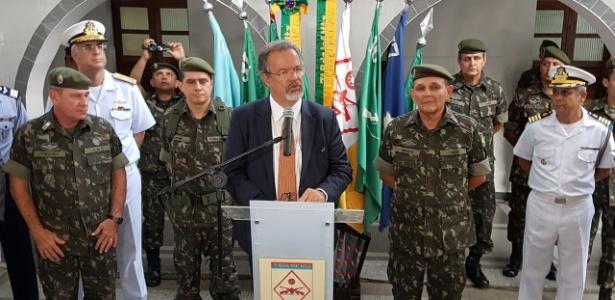20.jan.2017 - O ministro da Defesa, Raul Jungmann, em evento com militares