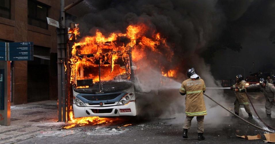 1.fev.2017 - Bombeiros apagam fogo em ônibus que foi incendiado durante confronto entre a Polícia Militar e manifestantes que protestavam contra o pacote anticrise do governo do Estado do Rio de Janeiro em frente à Alerj (Assembleia Legislativa do Rio)