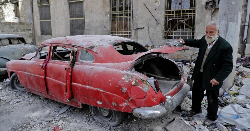 Mohammad Mohiedine Anis mostra o seu Hudson Commodore 1949 do lado de fora de sua casa em Aleppo