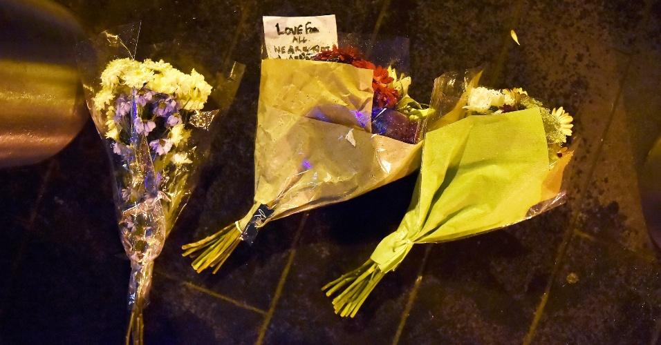 22.mar.2017 - Flores são colocadas em local de ataque na ponte de Westminster, em Londres