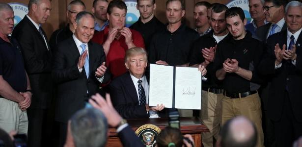 Rodeado de mineiros, Trump afirmou que decreto que desfaz leis da era Obama vai trazer mais empregos para a população