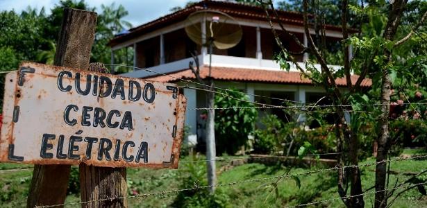 4.mai.2017 - Placa indica cerca elétrica em terreno sob tensão de retomada de área por autodeclarados índios gamelas no Maranhão