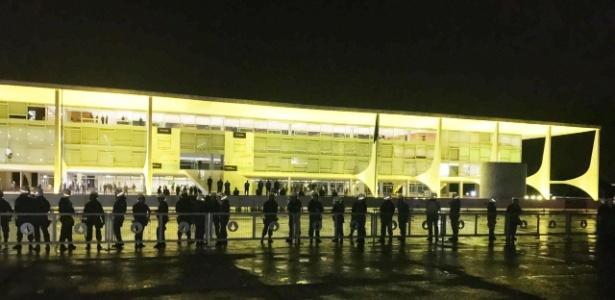 18.mai.2017 - Polícia Militar faz cordão de isolamento em frente ao Palácio do Planalto