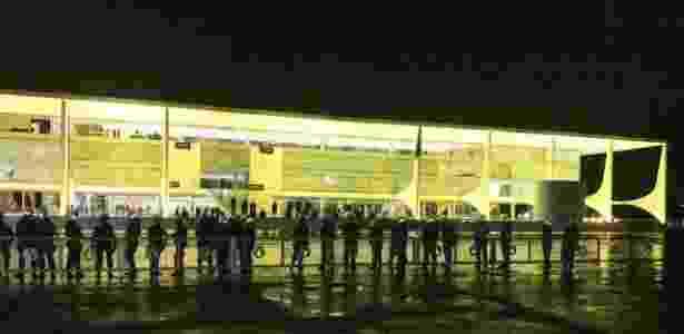"""18.mai.2017 - Polícia Militar faz cordão de isolamento em frente ao Palácio do Planalto, em Brasília. Manifestantes que pedem a renúncia de Michel Temer (PMDB) gritam para os policiais: """"abre (o cordão) para a gente entrar. Todo mundo é brasileiro."""" - Jéssica Nascimento/UOL - Jéssica Nascimento/UOL"""