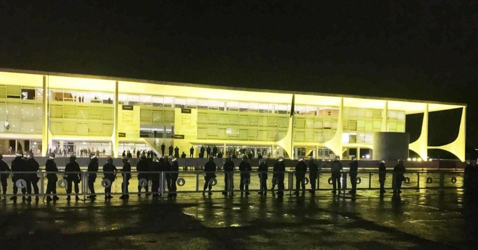 """18.mai.2017 - Polícia Militar faz cordão de isolamento em frente ao Palácio do Planalto, em Brasília. Manifestantes que pedem a renúncia de Michel Temer (PMDB) gritam para os policiais: """"abre (o cordão) para a gente entrar. Todo mundo é brasileiro."""""""