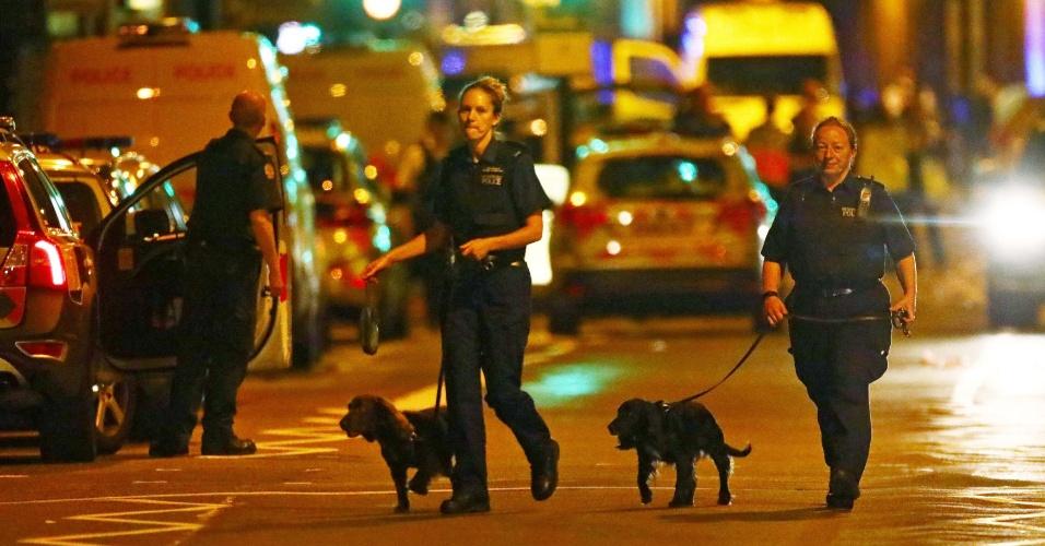 18.jun.2017 - Policiais e cachorros chegam ao local onde um veículo atropelou pedestres no norte de Londres durante a saída de um culto em uma mesquita