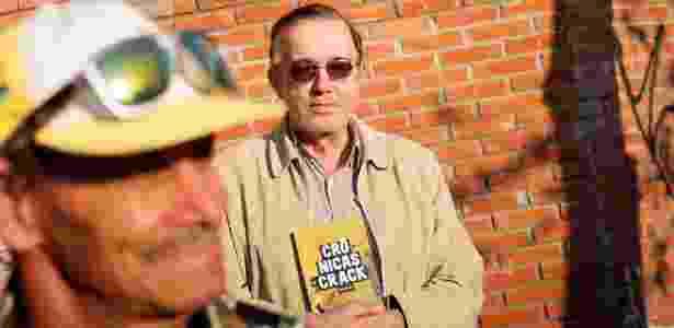 Marra e o livro - Reinaldo Canato/UOL - Reinaldo Canato/UOL