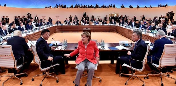 7.jul.2017 - Angela Merkel comanda reunião do G7 em Hamburgo ao lado dos presidentes Donald Trump (esq., de costas), Xi Jinping, Mauricio Macri e do premiê australiano, Malcom Turnbull (dir., de costas)