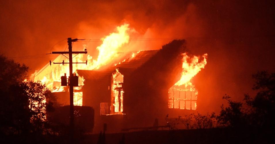9.out.2017 - Forte incêndio atinge vinícola na região de Napa, na Califórnia