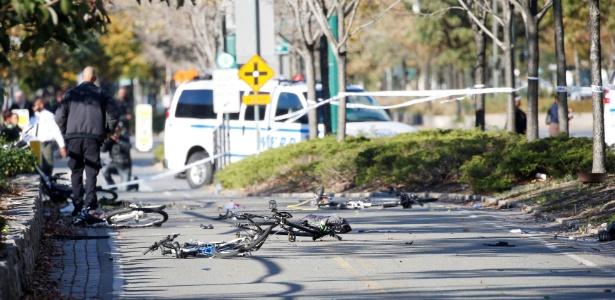 31.out.2017 - Caminhonete deixa rastro de destruição após invadir uma ciclovia e atropelar ciclistas em Manhattan, Nova York