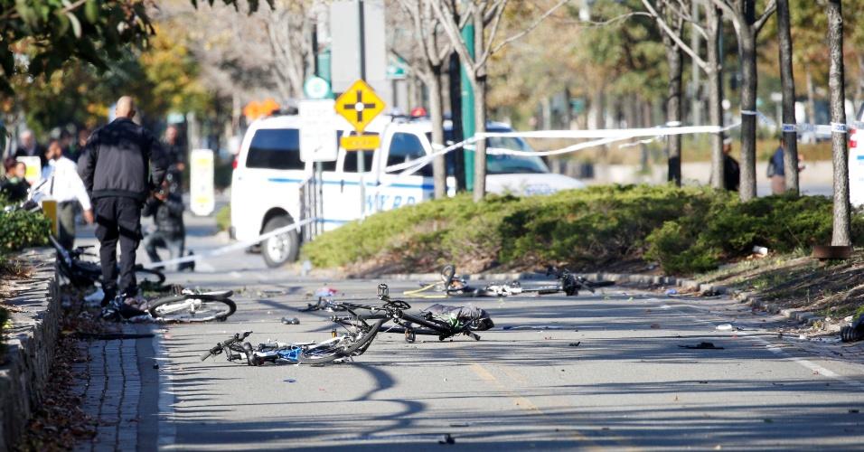 Caminhonete deixa rastro de destruição após invadir uma ciclovia e atropelar ciclistas em Manhattan, Nova York