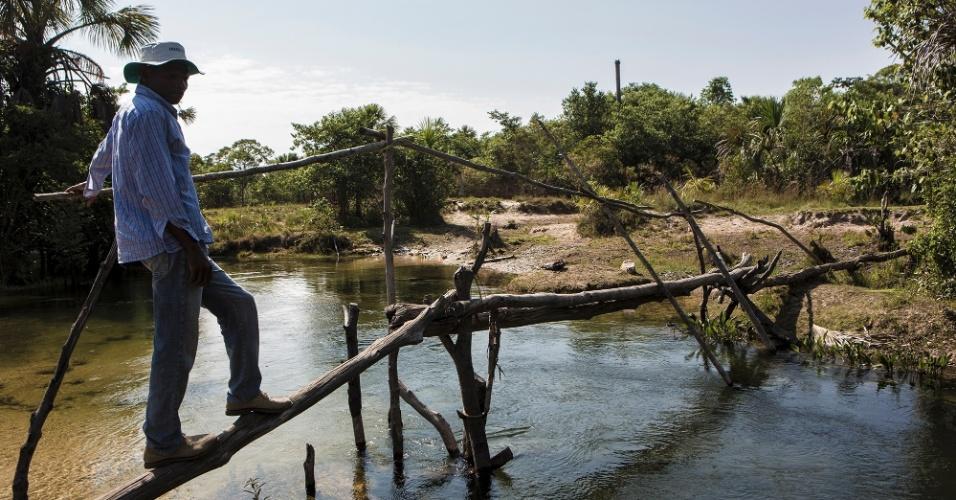 Ponte improvisada para alcançar a comunidade Aldeia, distante 80 km de Cachoeira