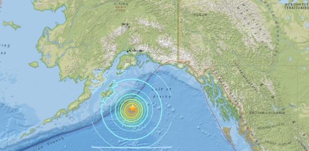 23.jan.2018 - Mapa mostra terremoto de magnitude 7,9 que atingiu a costa do Alasca, ao norte; Estado ficou sob alerta de tsunami, assim como a província canadense da Colúmbia Britânica (oeste do país, à direita no mapa)