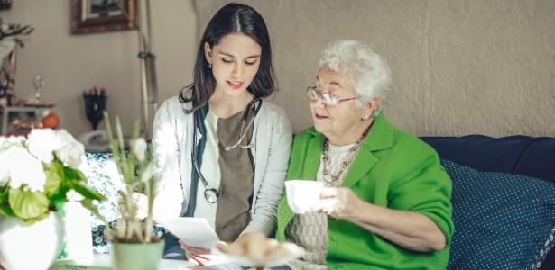 Prática antiga, o atendimento médico em casa volta à moda com ajuda da tecnologia - Eva Katalin Kondoros/iStock/Getty Images