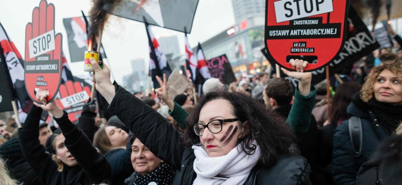 Polonesas protestaram contra endurecimento das leis de aborto na Polônia em março - Wojtek RADWANSKI / AFP PHOTO