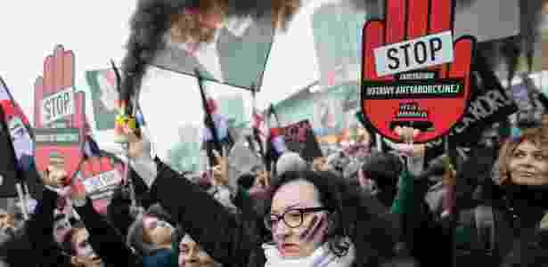 Polonesas protestam contra tentativa de endurecimento das leis de aborto - entre as mais restritivas da Europa, em março de 2018 - Wojtek RADWANSKI / AFP PHOTO